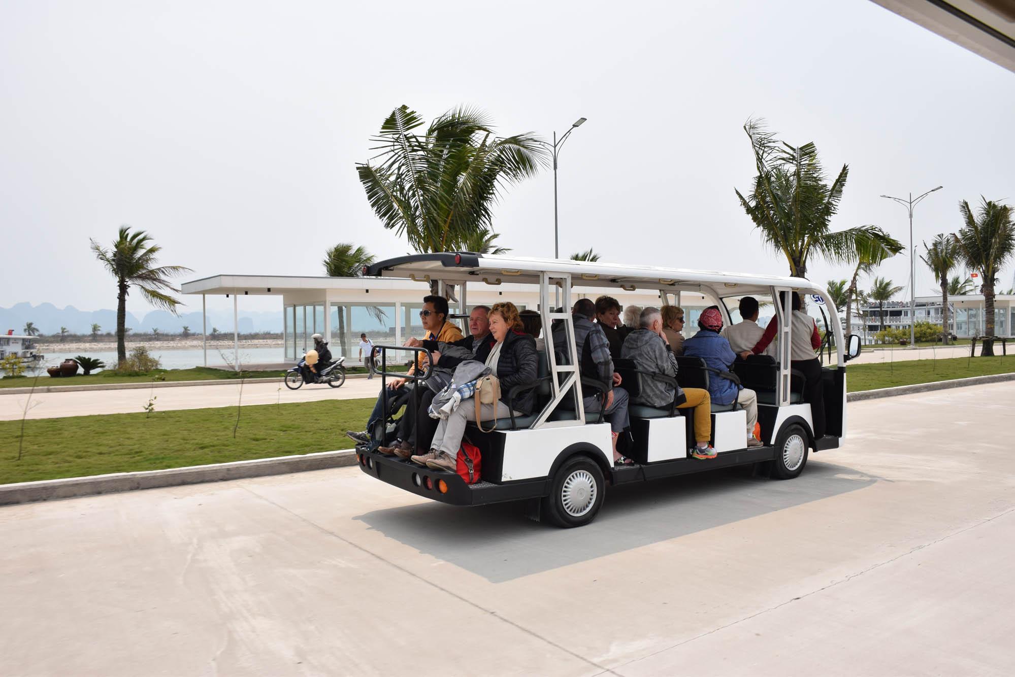 A caminho do barco para começar a experiência no Paradise Luxury Cruise, em Halong Bay