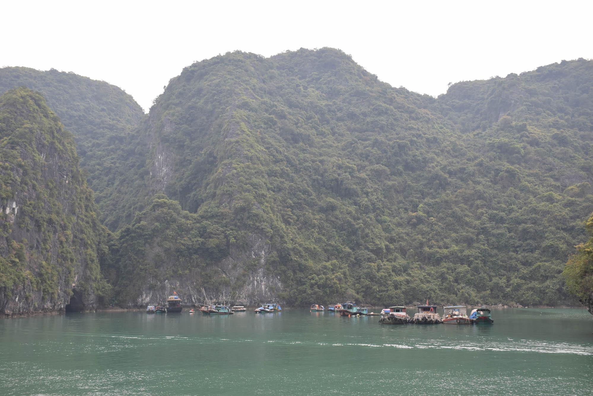 Um dos vilarejos de pescadores em Halong Bay