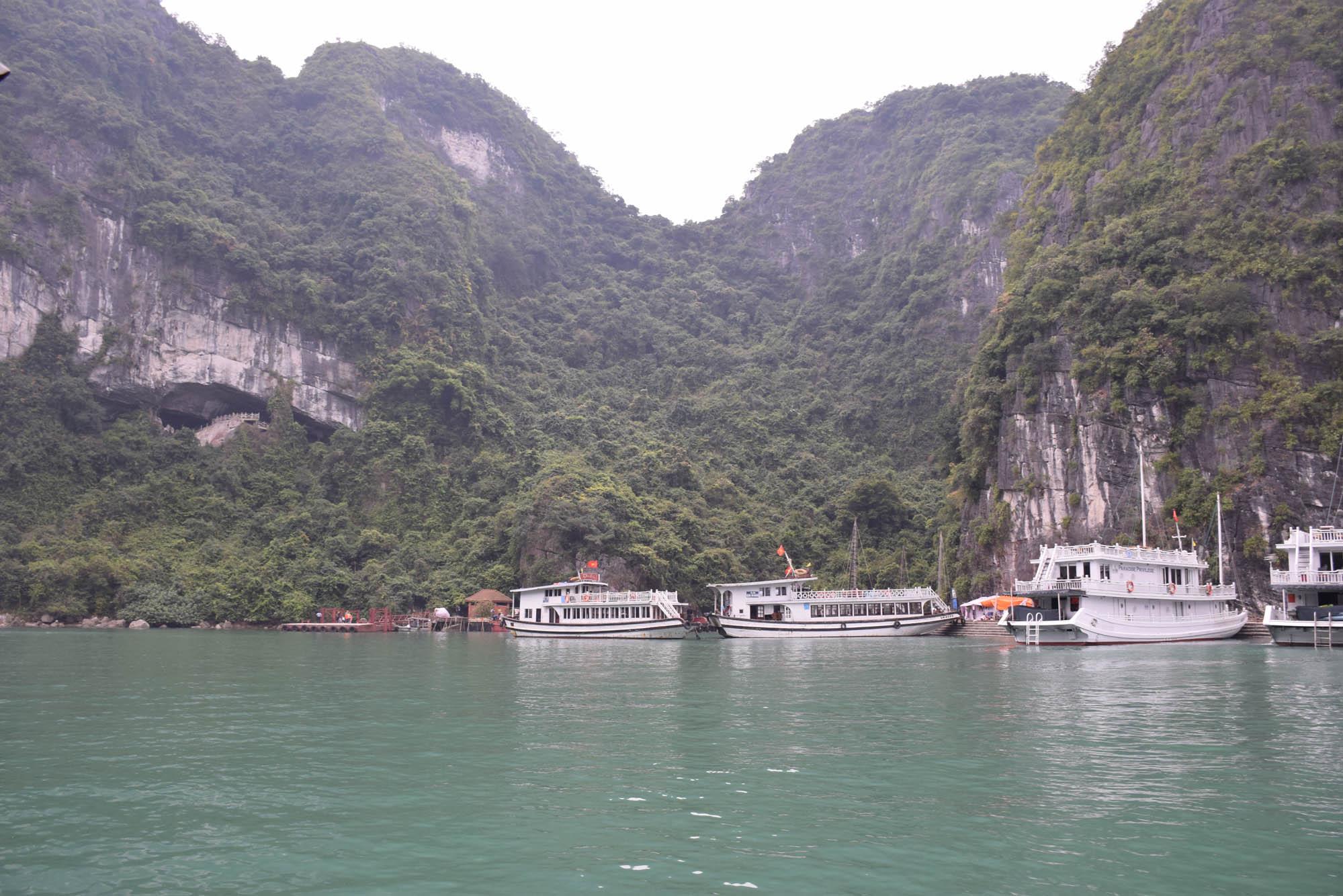 Aquele buraco ali a esquerda na montanha  é a Hang Sung Sot - ou Surprising Cave
