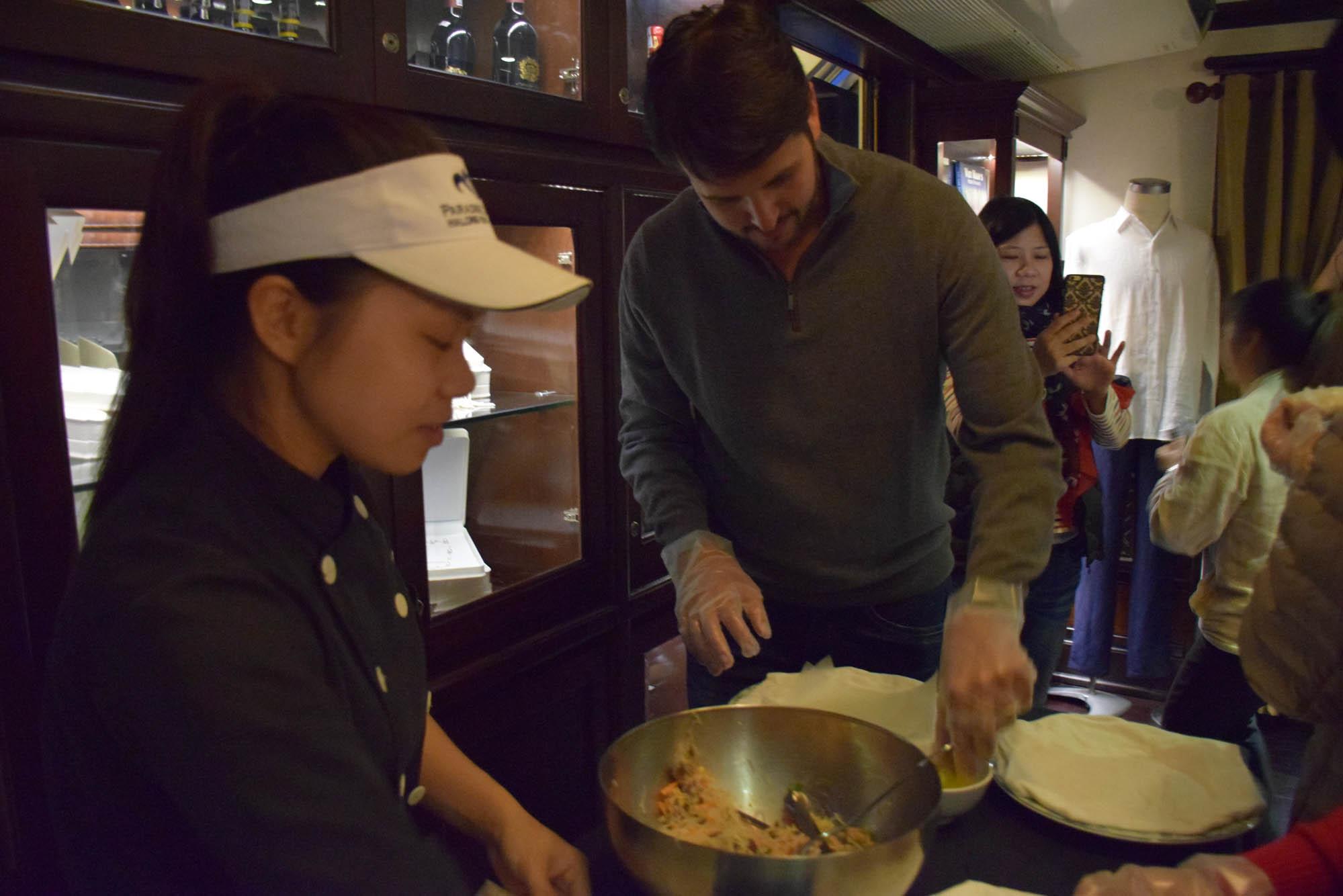 Aula de culinária no Paradise Luxury Cruise - aprendendo a fazer rolinhos de papel de arroz