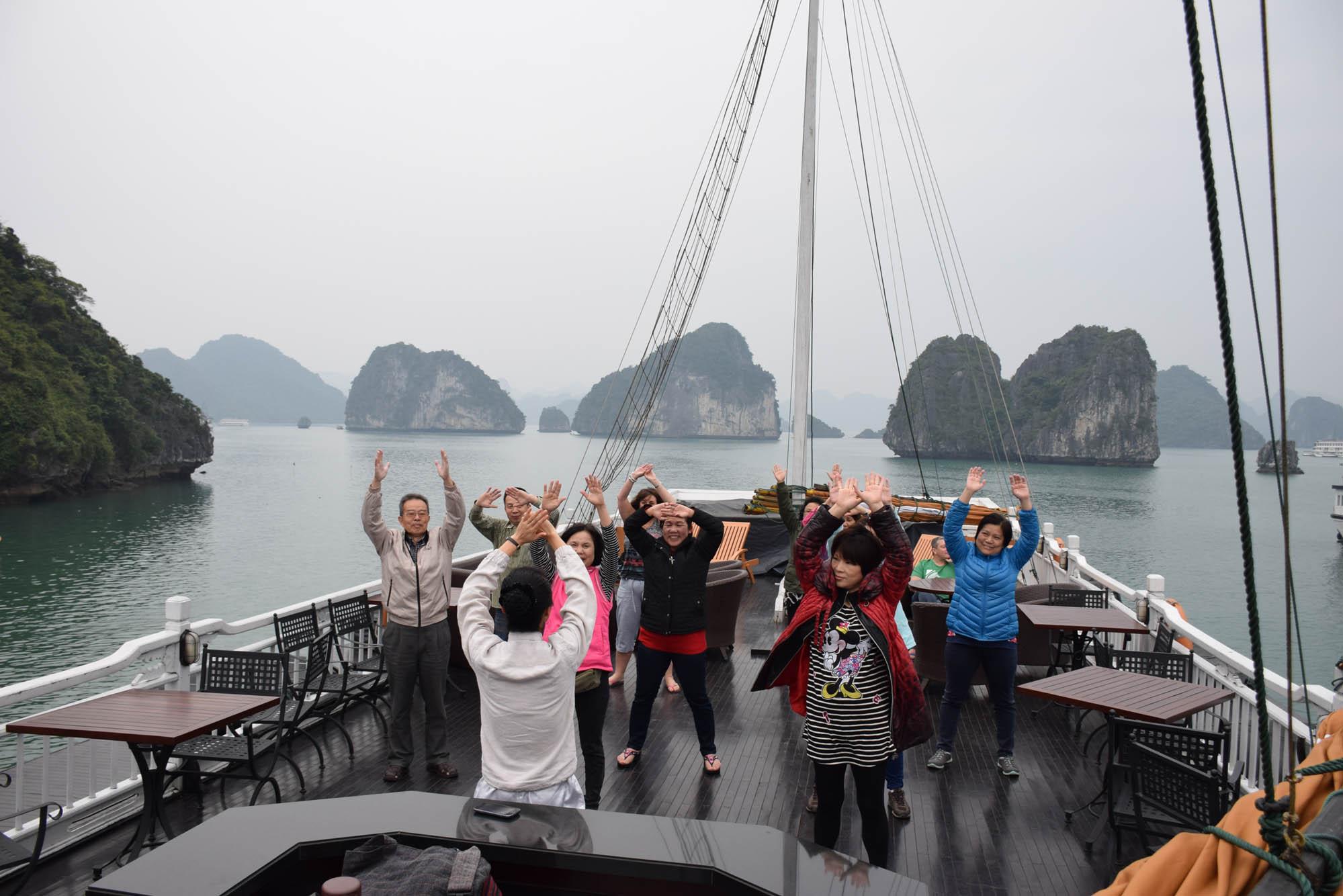 Sessão de Tai Chi no deck do barco de manhã cedinho