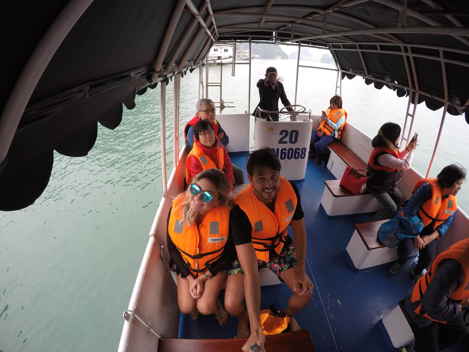 O barco de apoio do Paradise Luxury Cruise, que leva os passageiros para os passeios