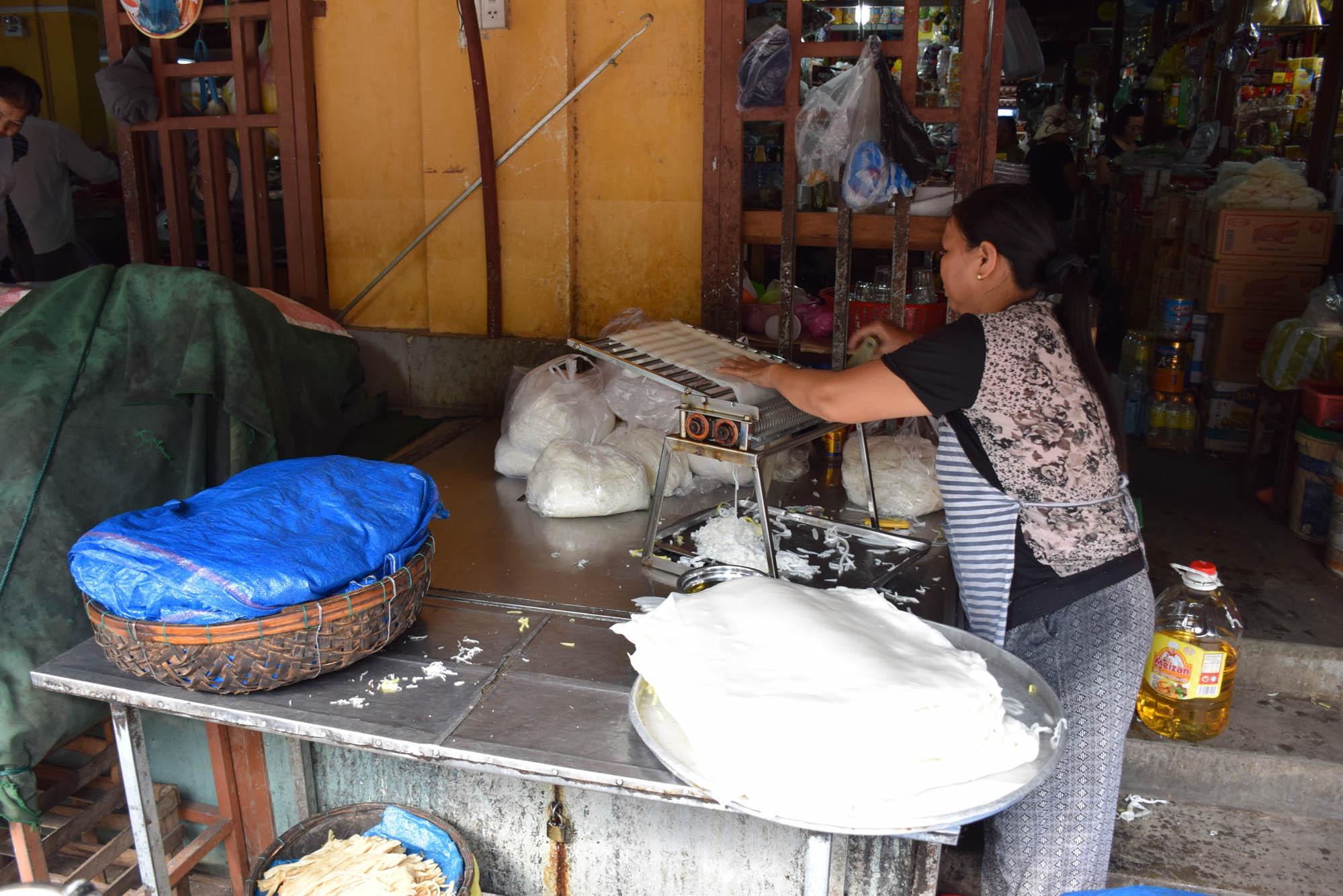 Fazendo papel e noodles de arroz no mercado de Hoi An