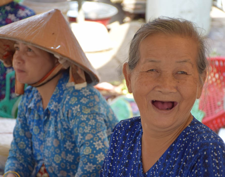 Senhorinha fofa em um mercado no Delta do Rio Mekong - sul do Vietnã