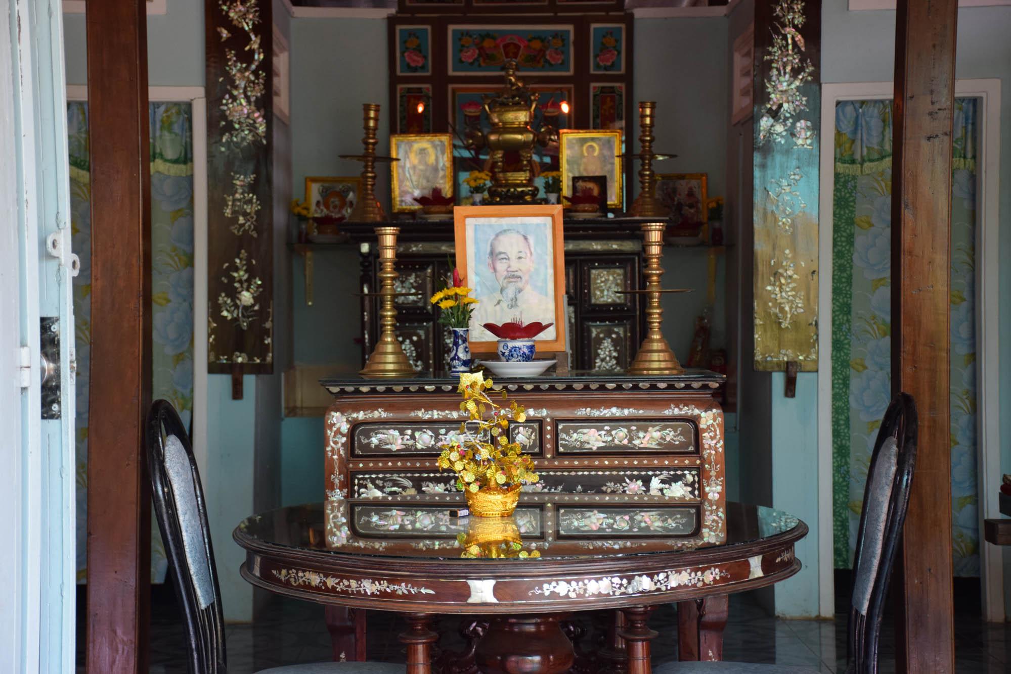 Altar com foto de Ho Chi Minh na casa de uma moradora do Delta do Rio Mekong