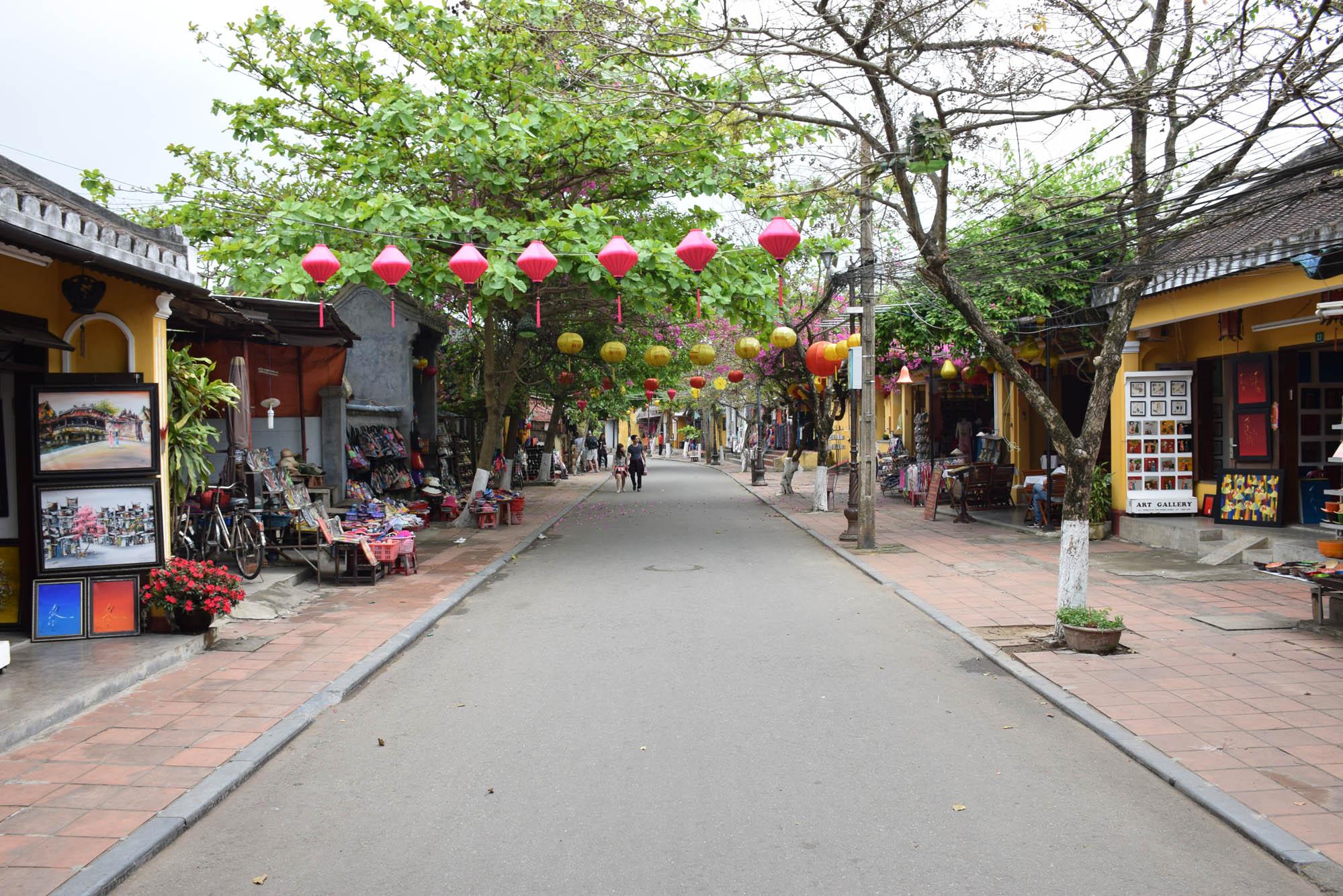 De manhã cedinho, quando não há quase ninguém nas ruas de Hoi An.
