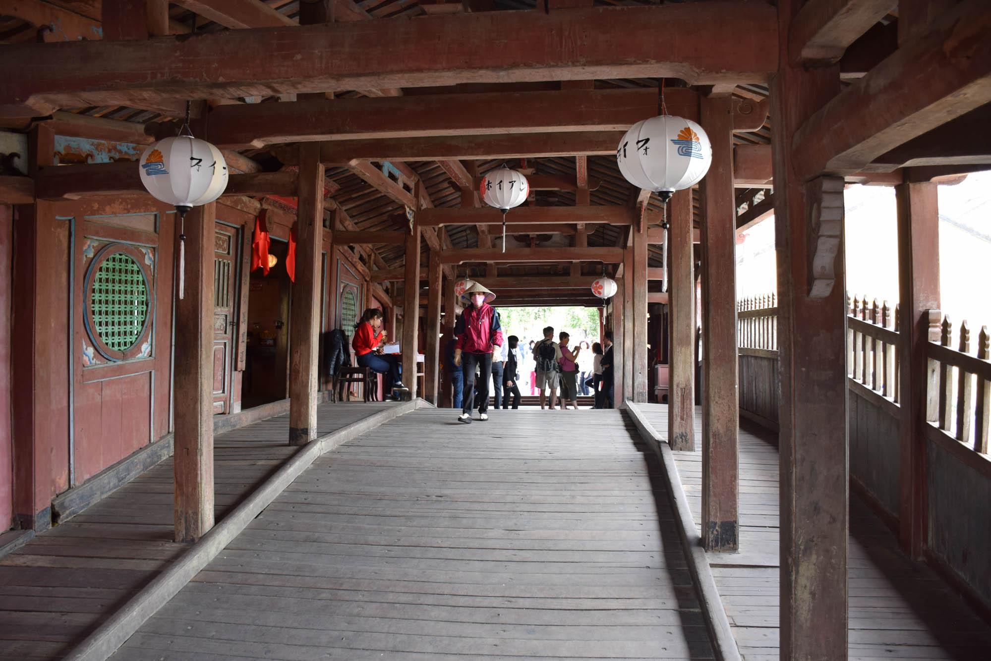 O interior da Ponte Japonesa de Hoi An, toda em madeira