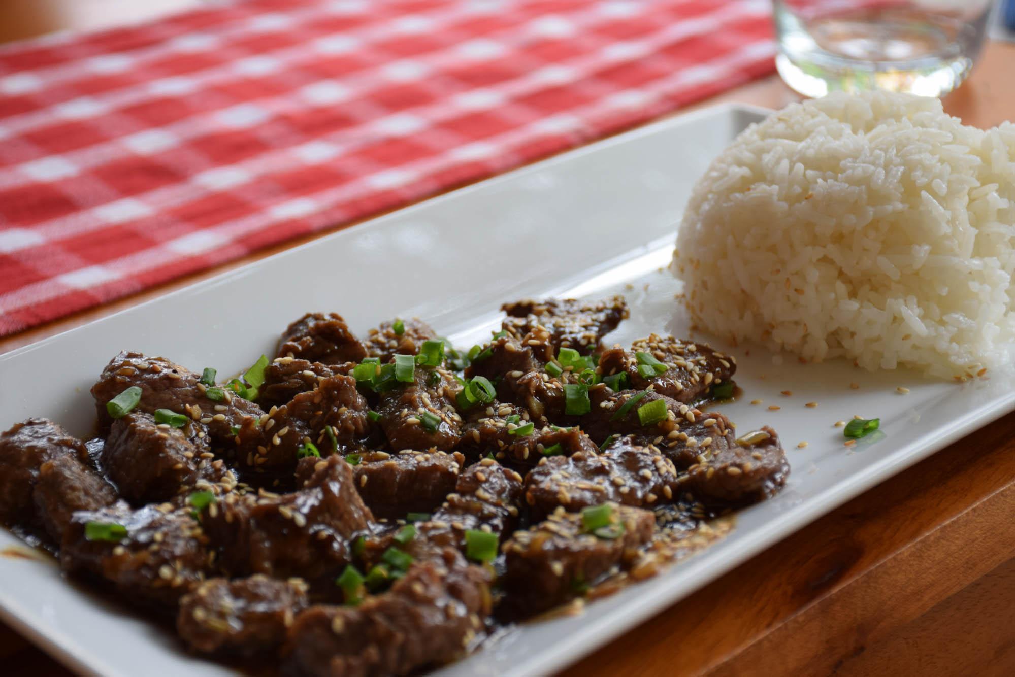 Meu prato: carninha com arroz. Delícia!! | Restaurante Chez Marcel, Hoi An
