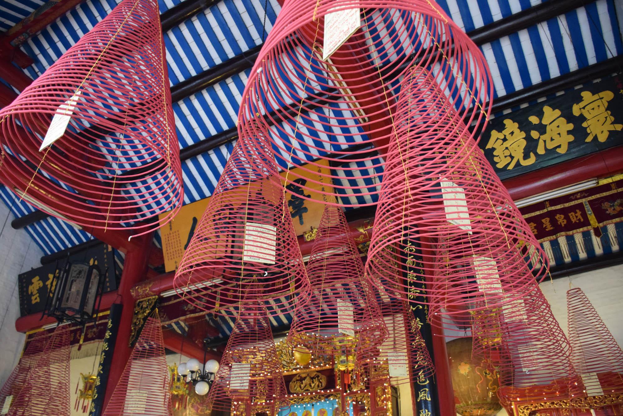 Os incensos em espiral pendurados no teto do templo