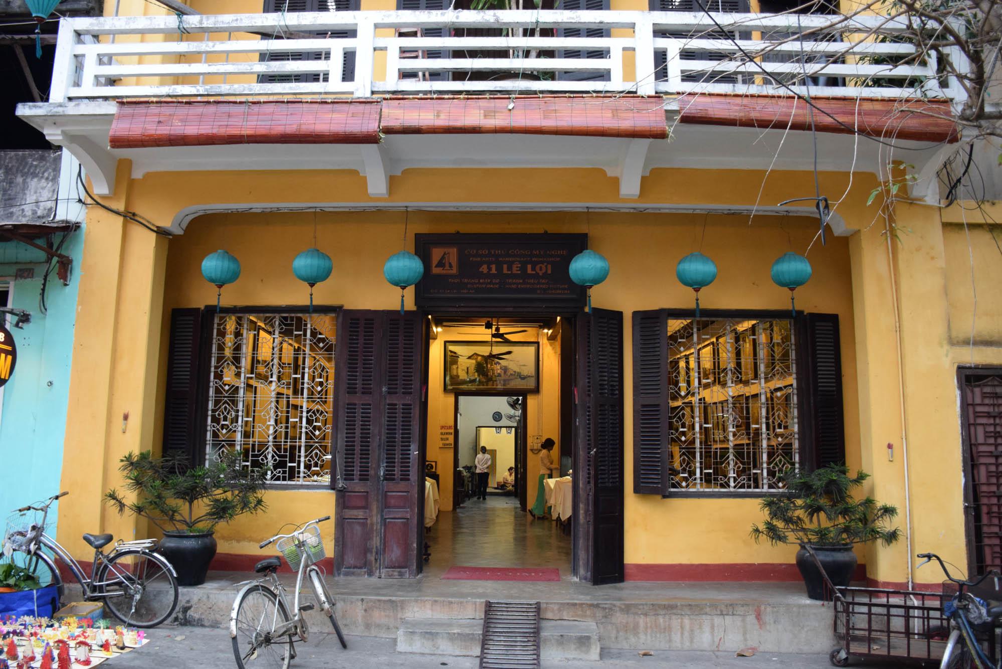 Lojinha que entramos para conhecer o processo de produção de seda, em Hoi An