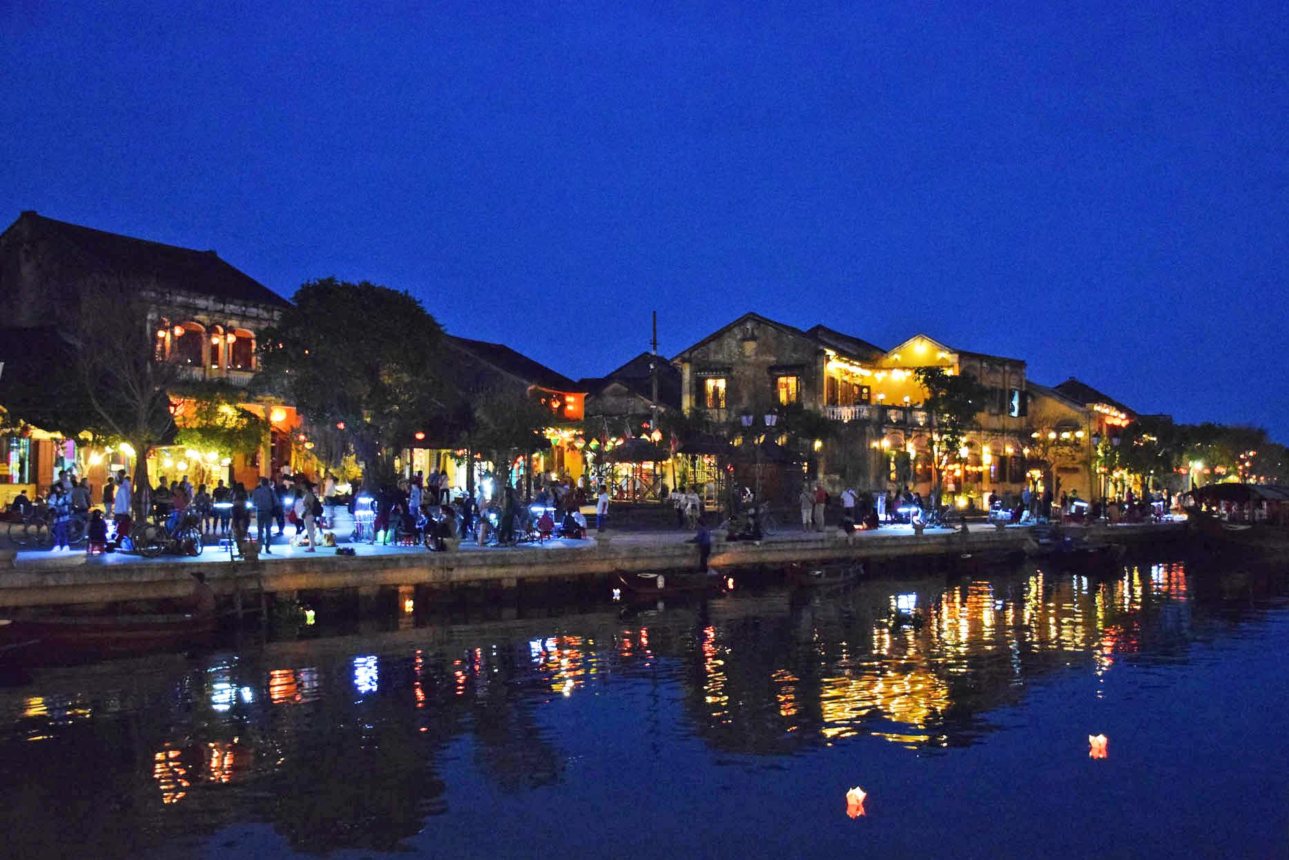 O rio todo iluminado pelas velinhas com pedidos dos turistas!