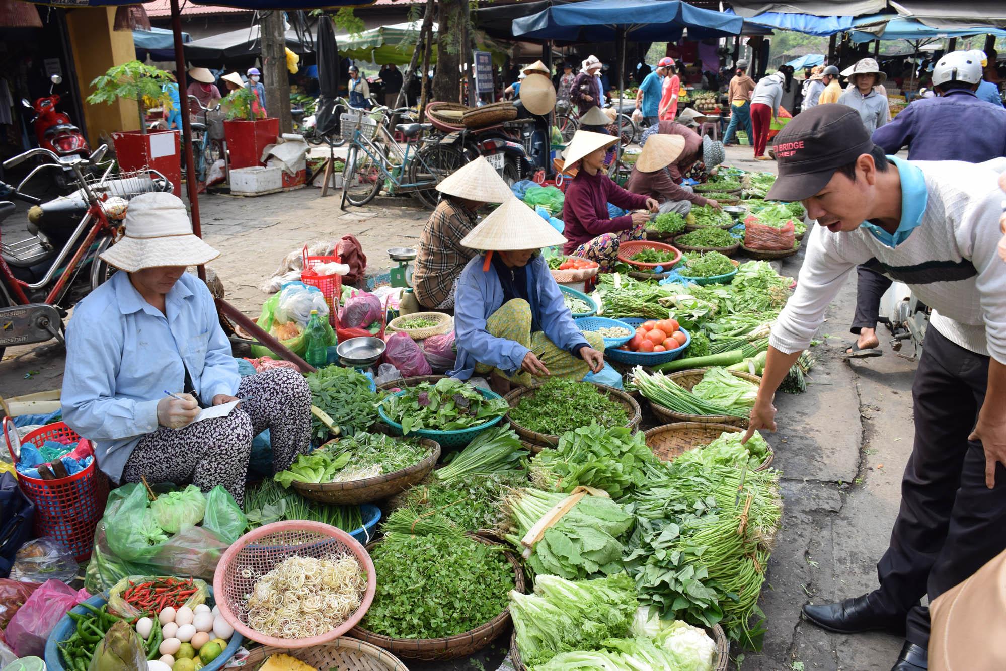 O passeio com o chef pelo mercado central para conhecer os ingredientes