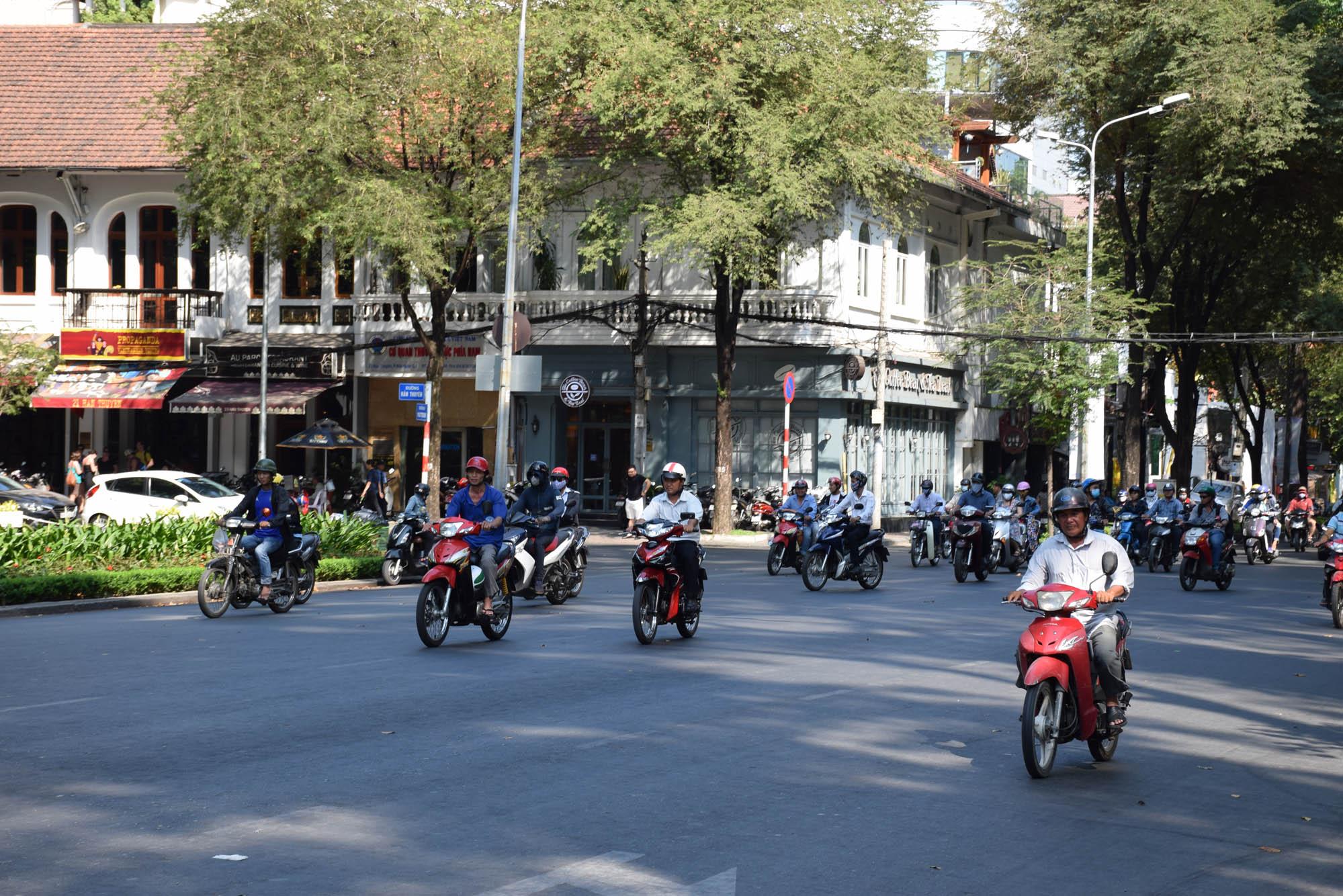 Muitas e muitas motos no trânsito de HCMC!!!