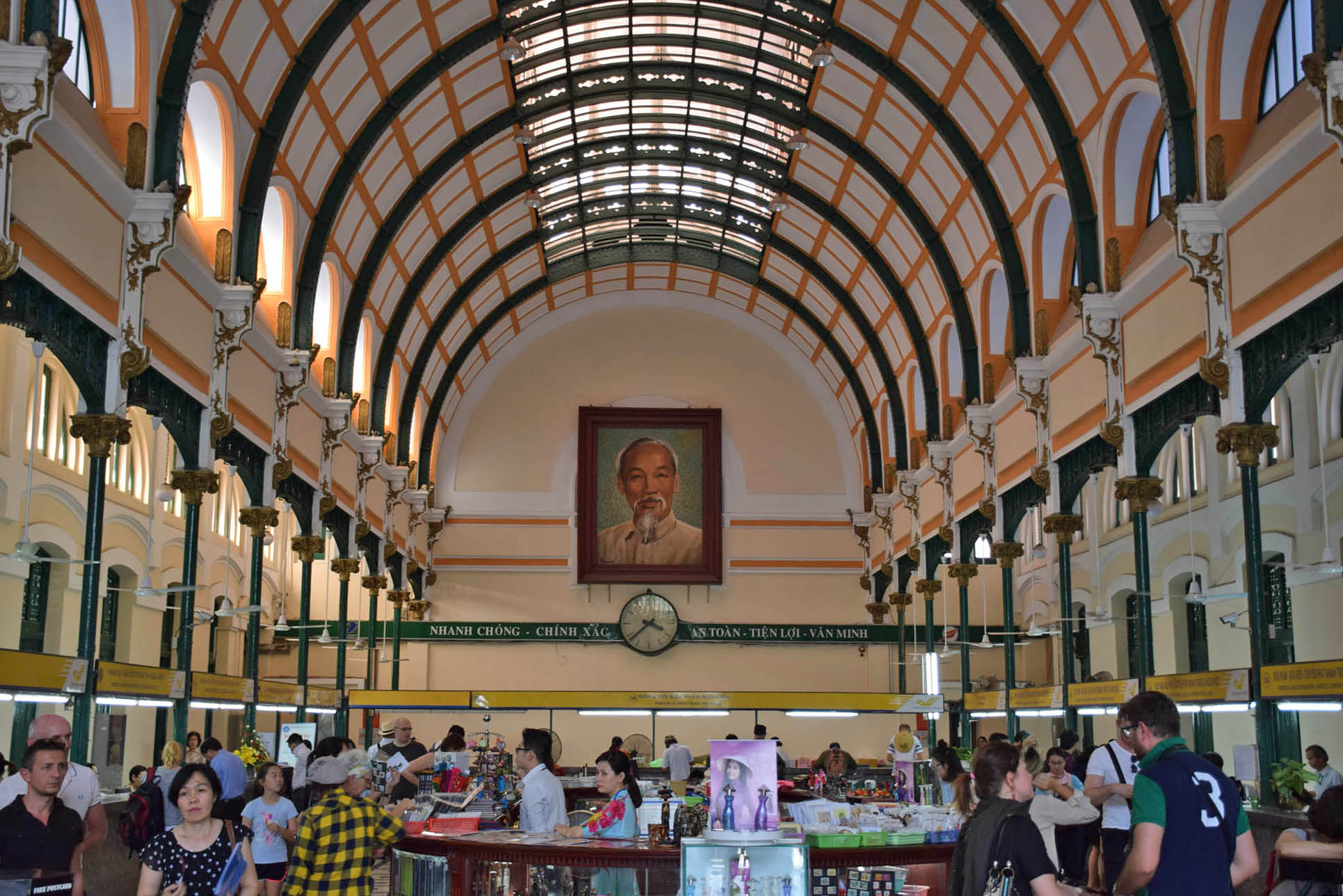Olha a foto do Ho Chi Minh ali! | Saigon Post Office