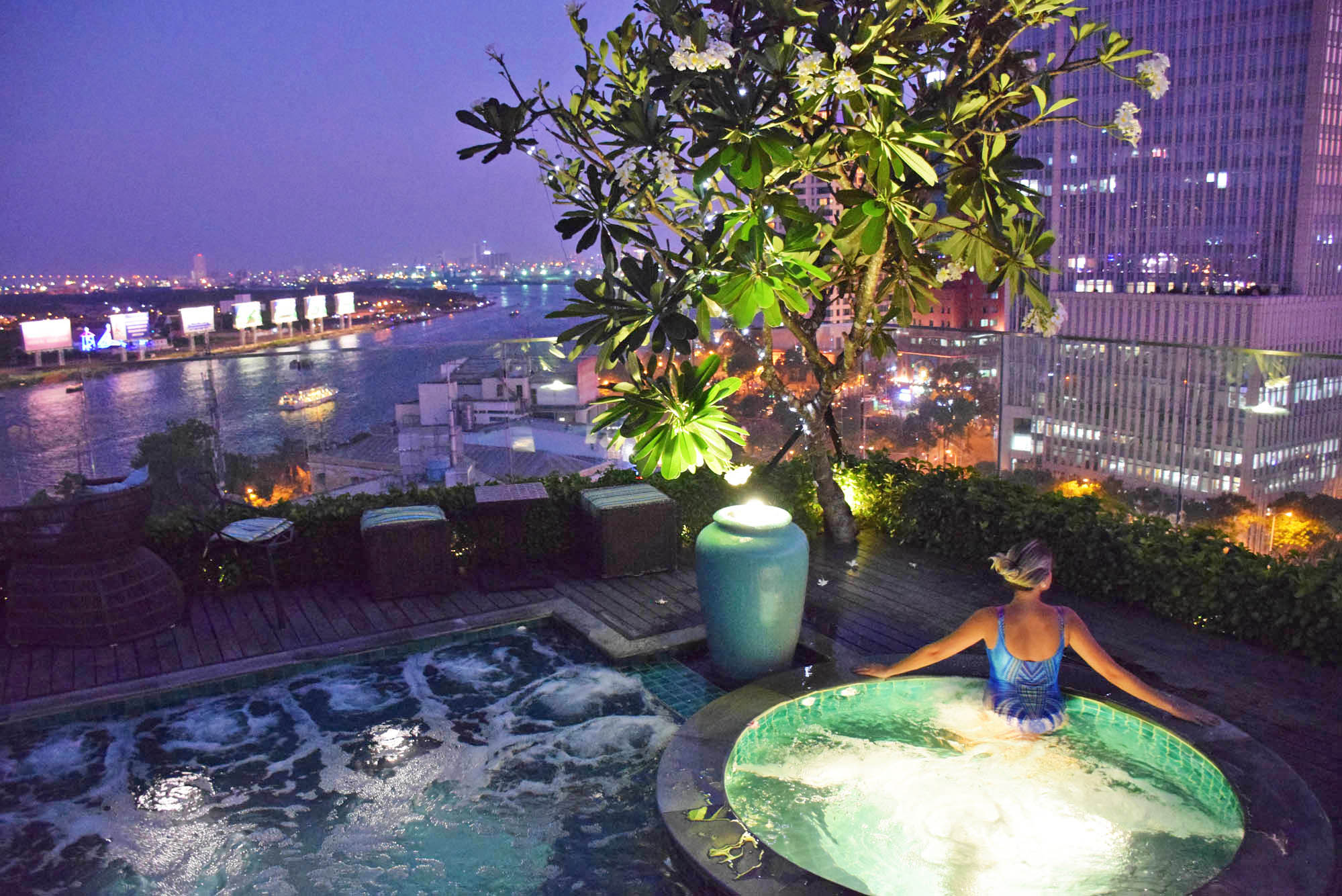 Piscina no rooftop do Silverland Jolie Hotel & Spa, no Distrito 1