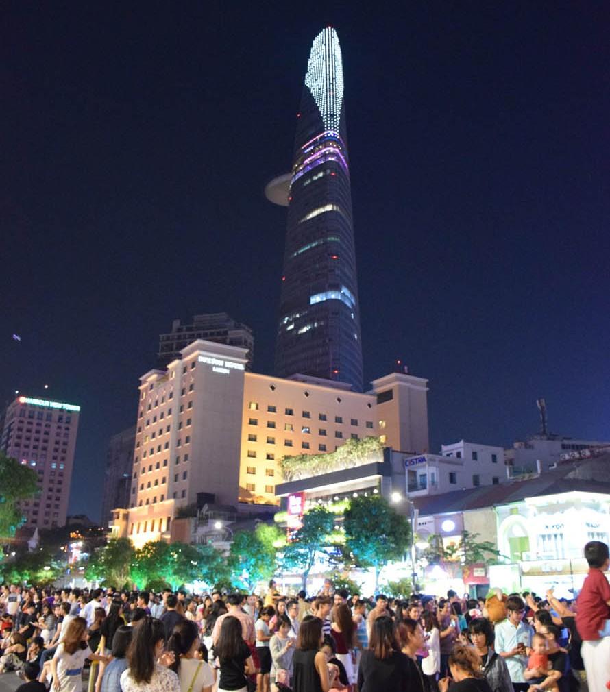 Praça lotaaada! O prédio altão ali atrás é a Bitexco Tower