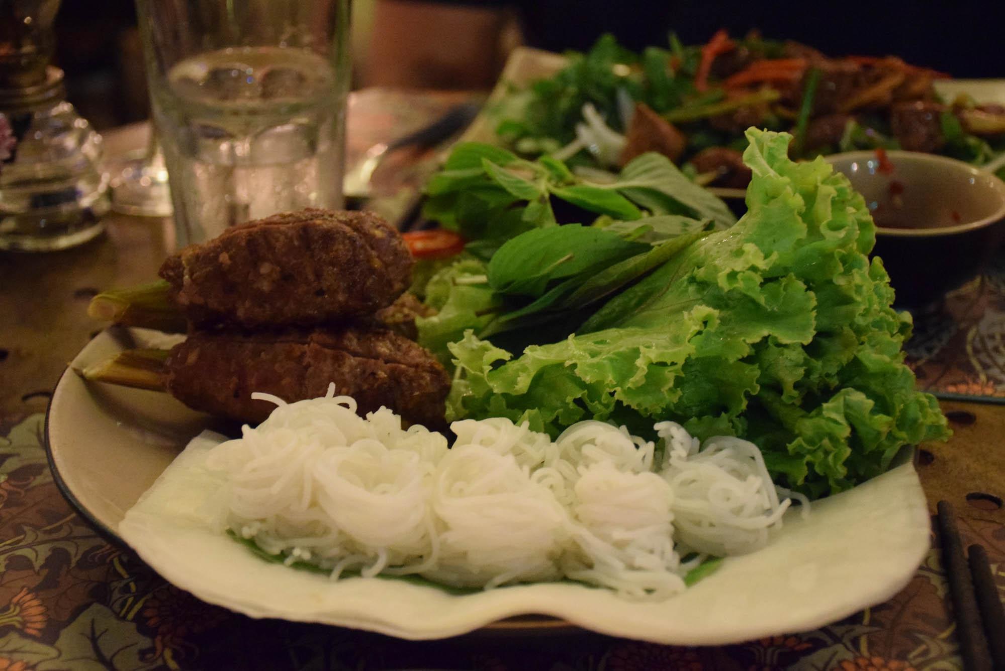 """Meu prato: """"espetinho"""" de carne no lemongrass com noodles de arroz, folhas e papel de arroz"""