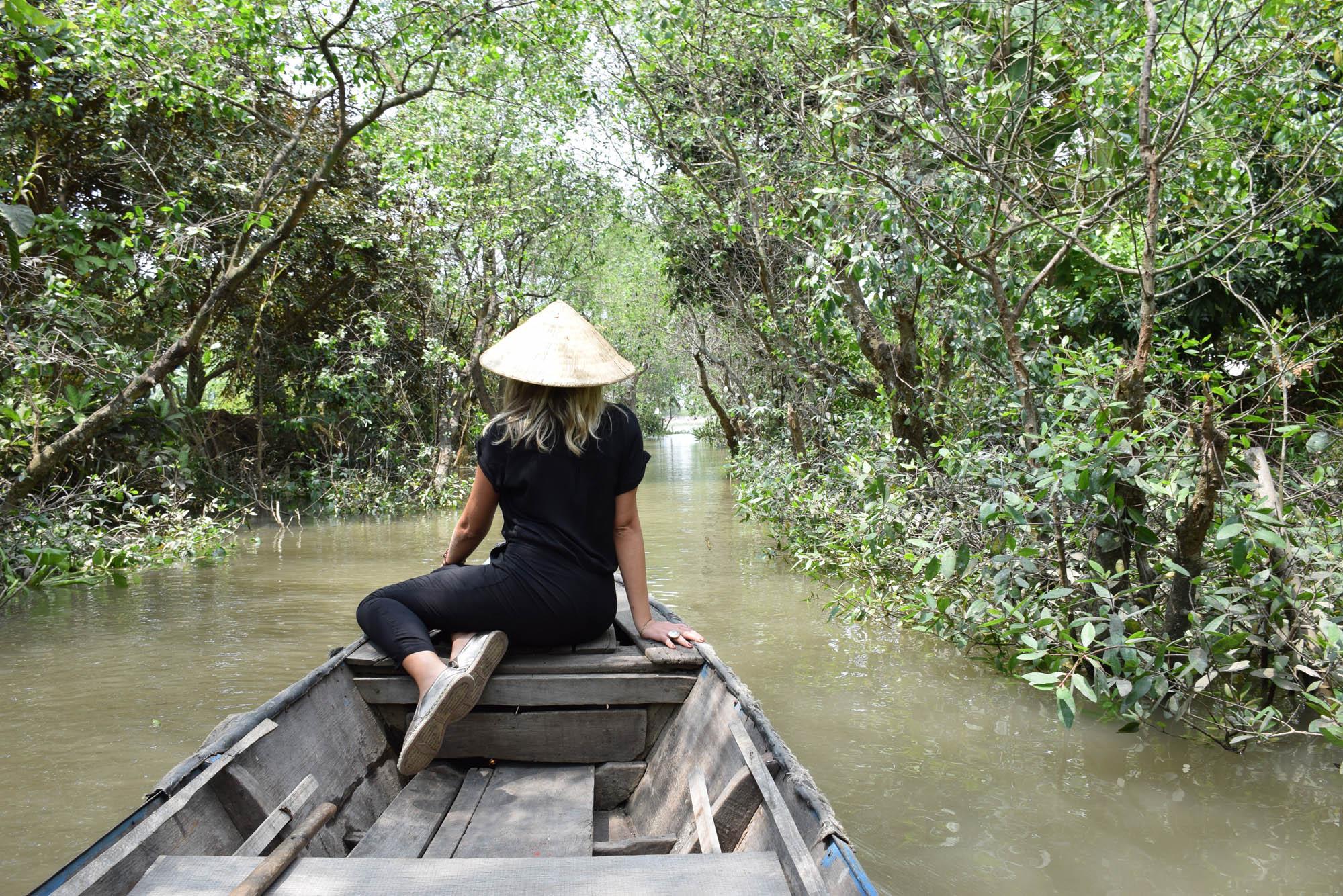 Passeio de barquinho a remo por um dos afluentes do Rio Mekong