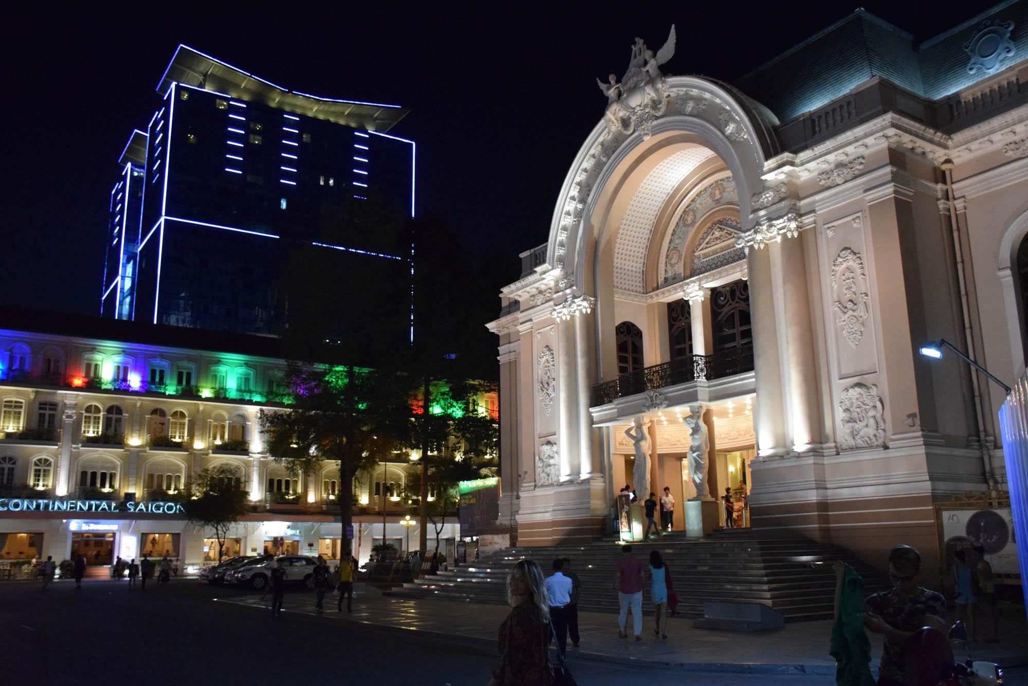 Opera House de Saigon - estilo francês contrastando com os novos prédios modernos