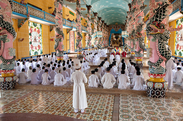 Interior de um templo Cao Dai | photo by Ingmar Zahorsky para Flickr (CC)
