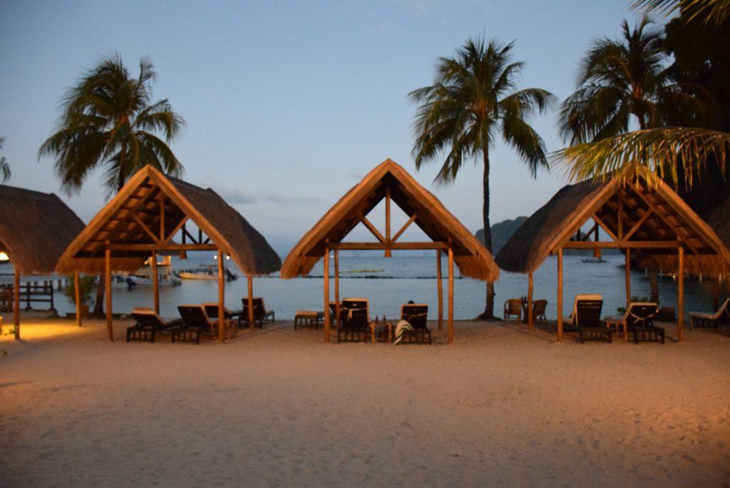 Área do hotel - espreguiçadeiras na praia | Miniloc Island - El Nido Resorts