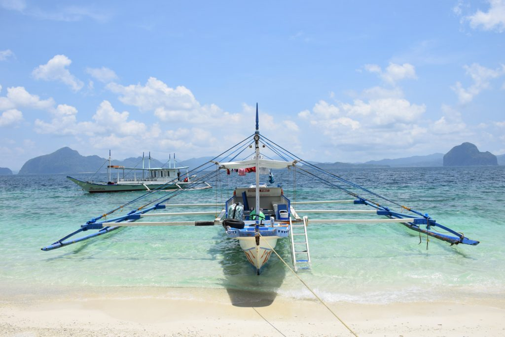 Um outrigger boat de turistas