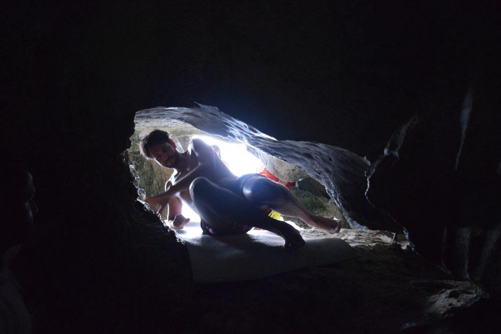 Entrando na Cudugnon Cave... Bem apertadinho!