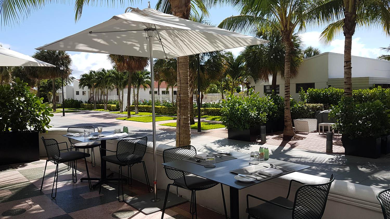 Mesinhas no terraço do Traymore Restaurant Área externa do restaurante Traymore Buffet de café da manhã | Hotel Metropolitan by COMO Miami Beach