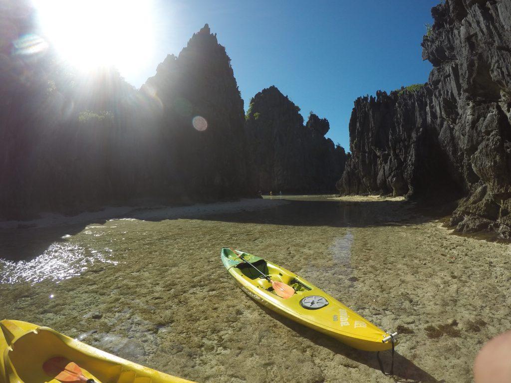 Estacionamos nosso kayak para entrar andando na Hidden Beach (com maré alta precisa entrar remando ou nadando)