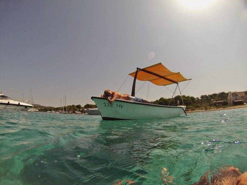 Barquinho alugado para conhecer as Ilhas Pakleni, em frente a Hvar