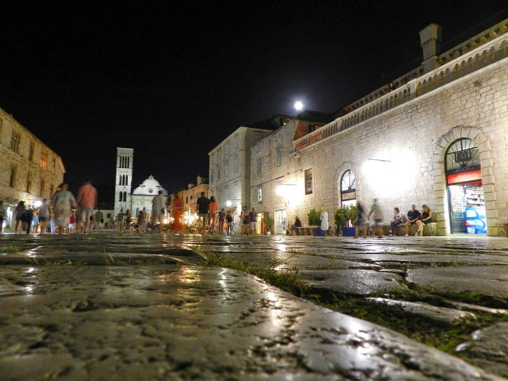 Ruas de pedras pelo centro histórico de Hvar. Lindíssimo!
