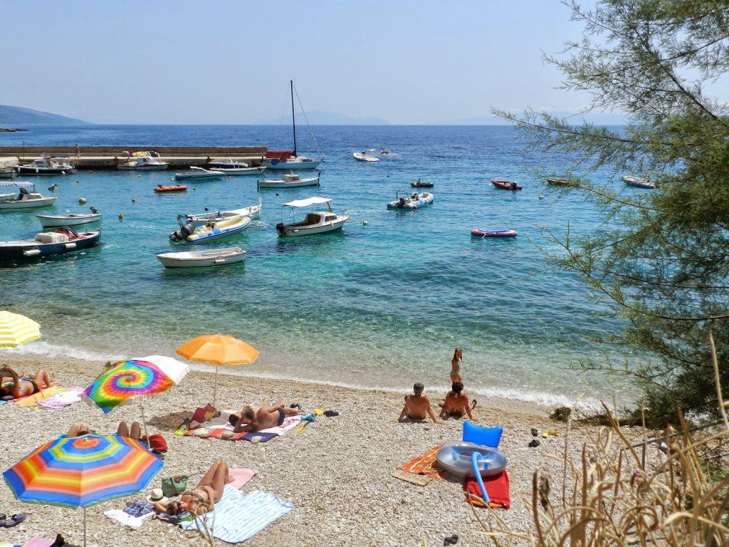Zavala Beach, na ilha de Hvar, Croácia