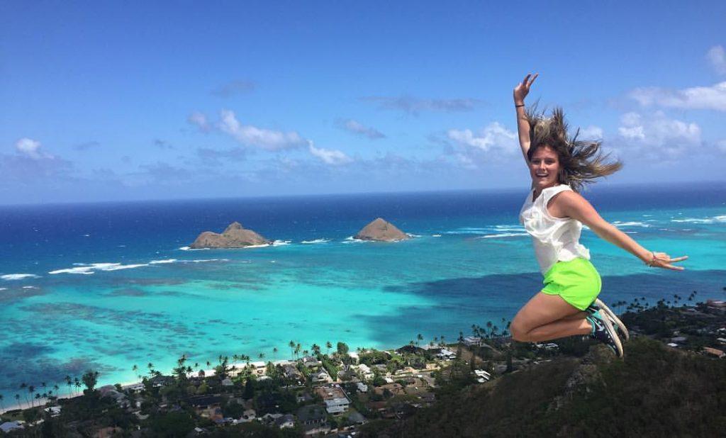 Minha cunhada Jéssica em Lanikai Pill Box Hike, na Ilha Oahu, no Havaí