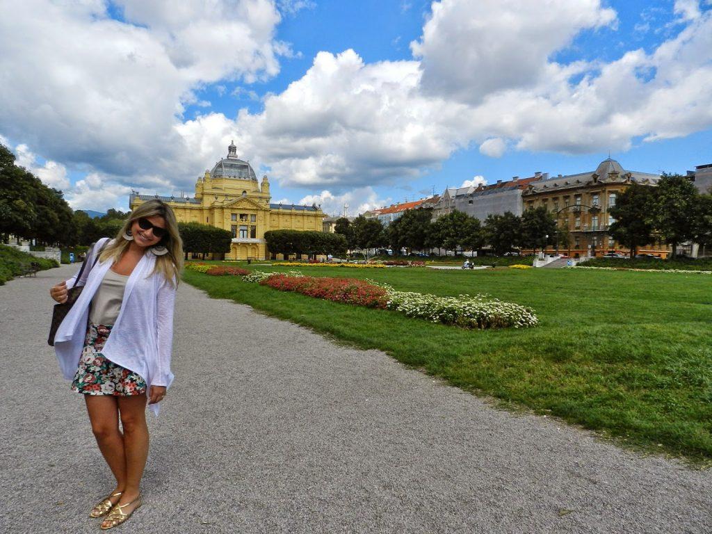 Parque Tomislava e Pavilhão de Arte ao fundo, em Zagreb - Croácia