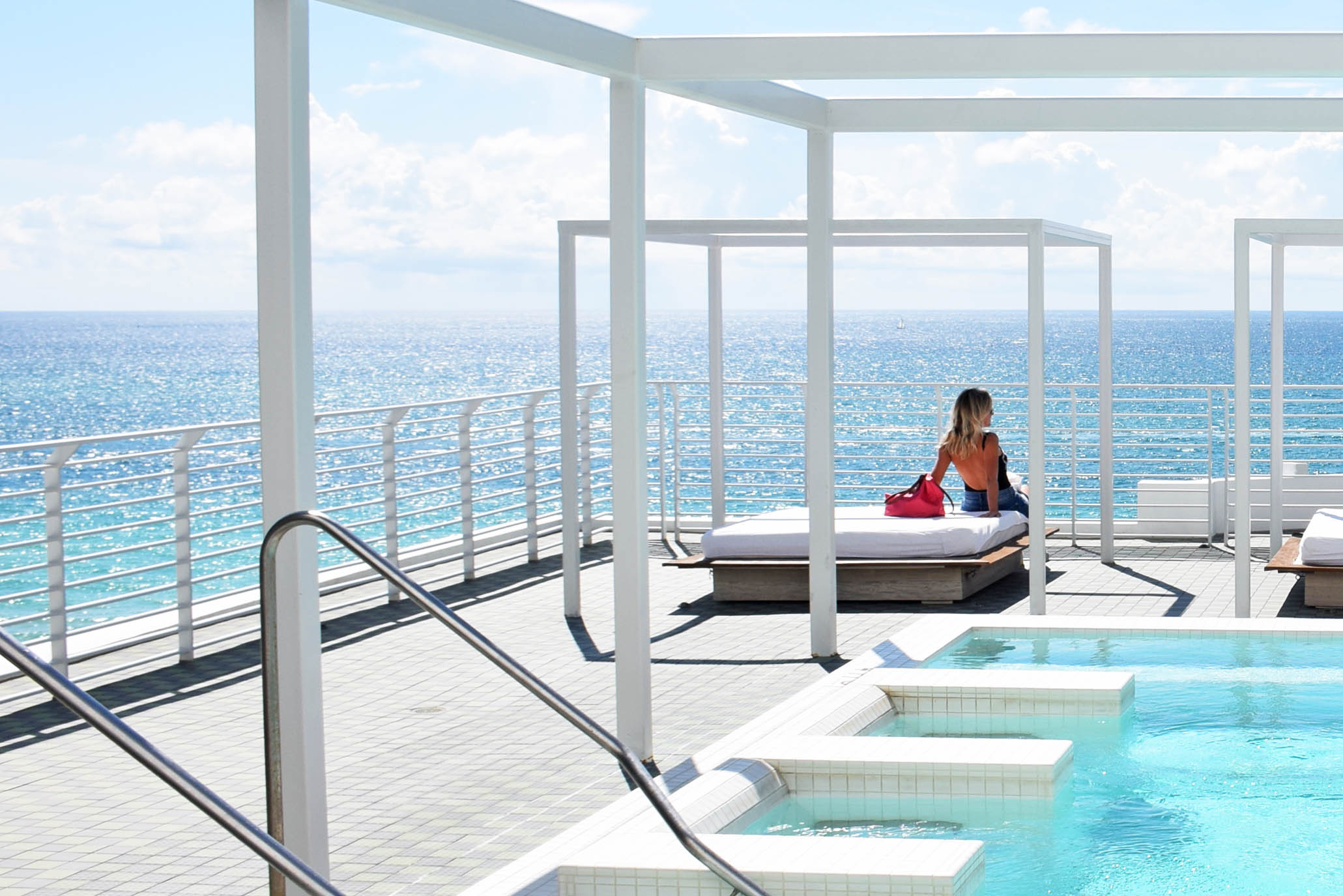 Piscina de hidromassagem no rooftop do Hotel Metropolitan by COMO em Miami Beach