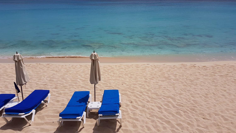 A praia Baie Longue, com espreguiçadeiras do hotel - St. Martin