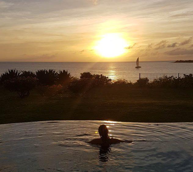 Pôr do sol de camarote de dentro da piscina da villa no Belmond La Samanna, St. Martin
