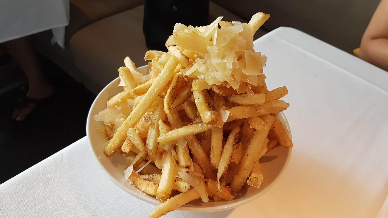 Batata frita com azeite trufas e queijo parmesão ralado do Mc Kitchen - MARAVILHOOOSA!
