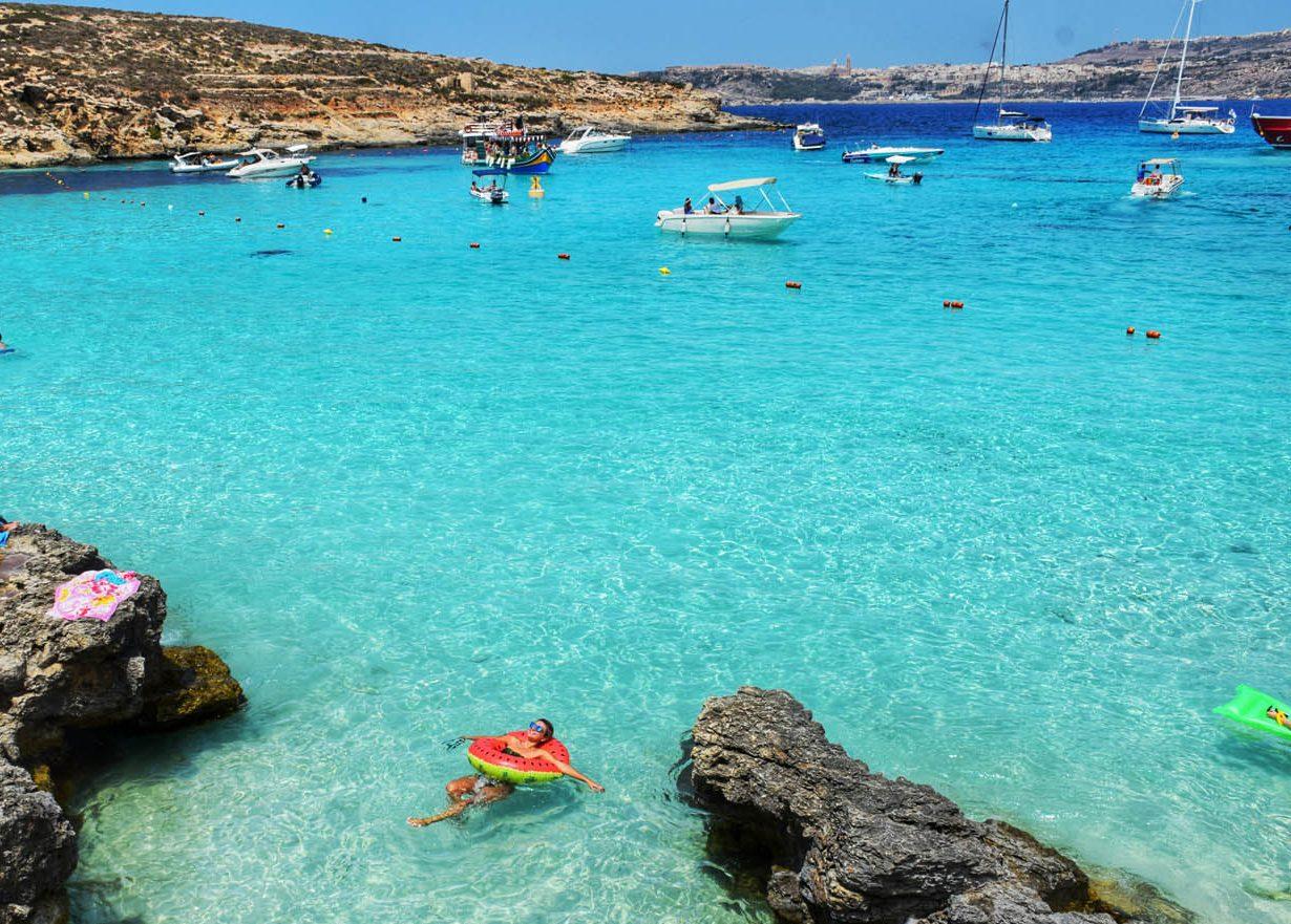 Boiando nas águas turquesas da Blue Lagoon, em Comino - Malta