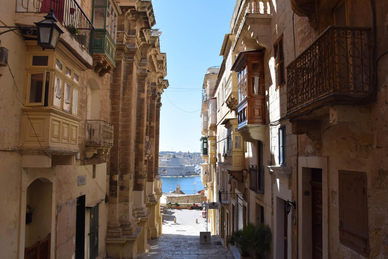 Pelas charmosas ruas de Valletta, capital de Malta