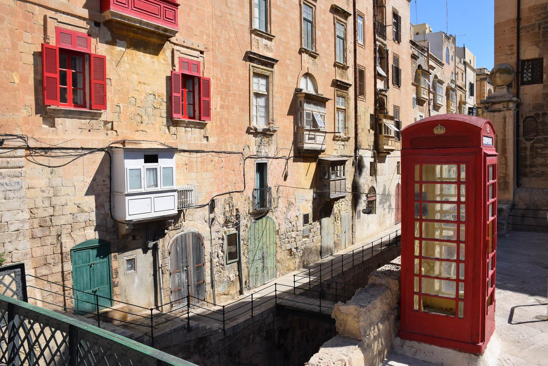 Cabine telefônica inglesa na capital maltesa, Valletta - herança do passado colonial