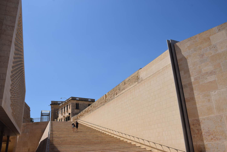 Escada lateral ao prédio do novo Parlamento, super moderno, em Valletta