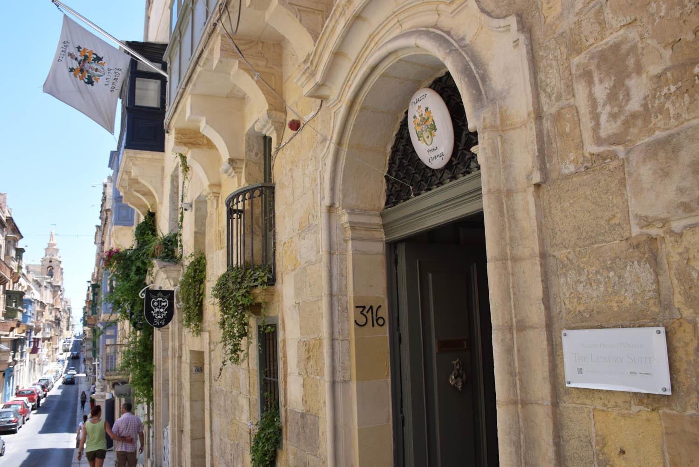 Entrada do hotel Palazzo Prince d'Orange em uma charmosa rua de Valletta, Malta