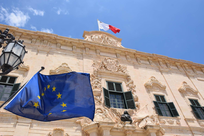 Bandeira da União Européia e de Malta no Palácio do Primeiro Ministro, em Valleta