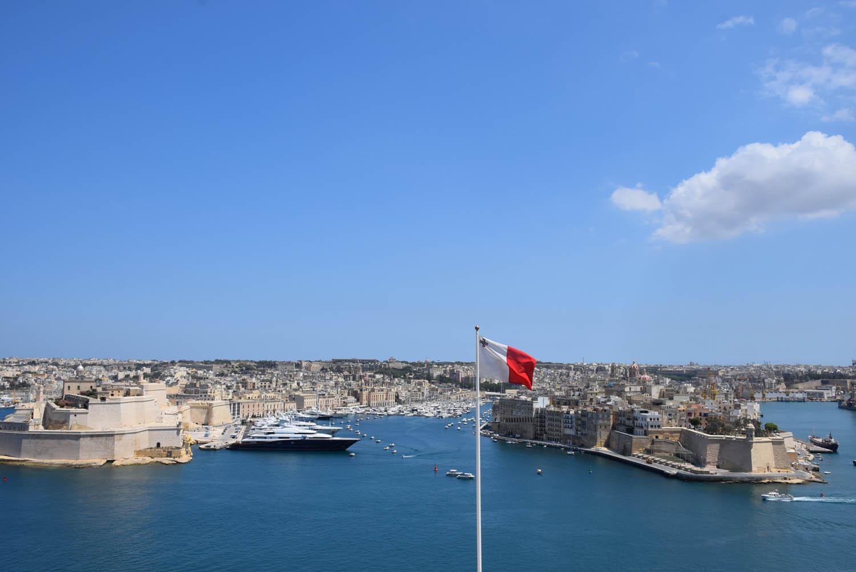 Bandeira de Malta, que tem a cruz de St. George - Vista do Upper Barrakka Gardens em Valletta