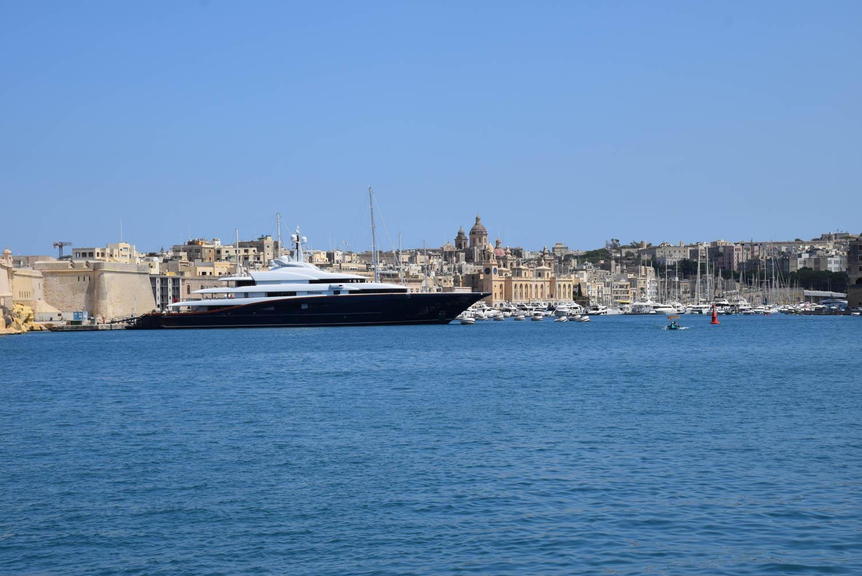 Os barcos na Marina de Vittoriosa são tão grandes que até escondem a paisagem!