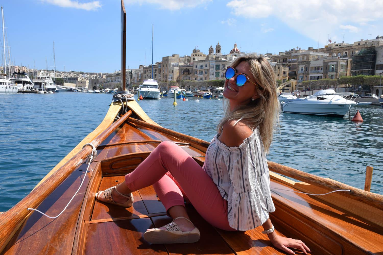 Cruzando a baía de barco típico maltês, dghajsa, a caminho das Three Cities