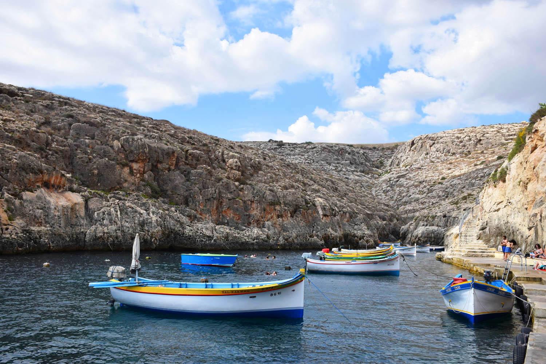 Os barquinhos que fazem o passeio pelas cavernas | Blue Grotto - Malta