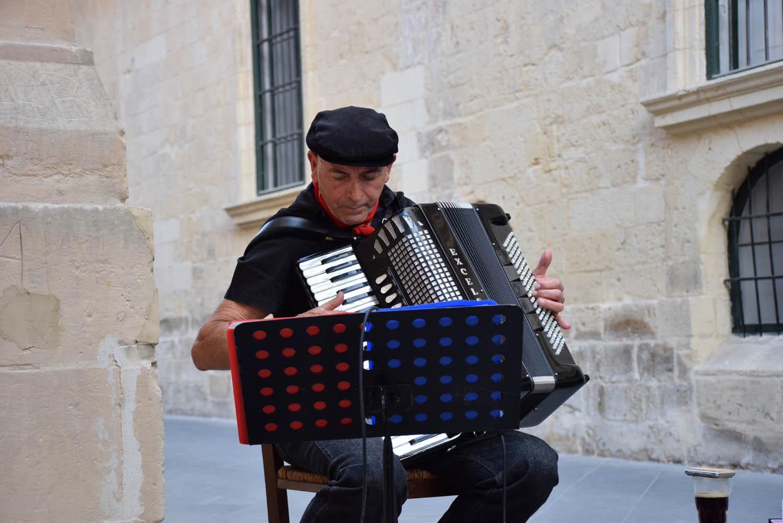 Sanfoneiro animando o charmoso fim de tarde de Valletta, Malta