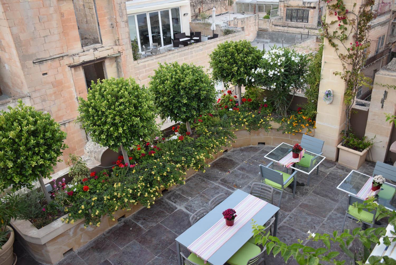Mesinhas para os hóspedes no rooftop | Hotel Palazzo Prince d'Orange - Valletta - Malta